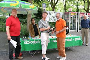 Überreichung von Öko-Champagner an den 1.000. Unterzeichner