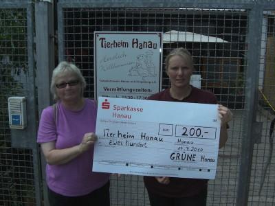 Isabell Althoff (re) Leiterin des Tierheims Hanau mit dem Vorstandsmitglied der Hanauer Grünen Christa Martin (li)